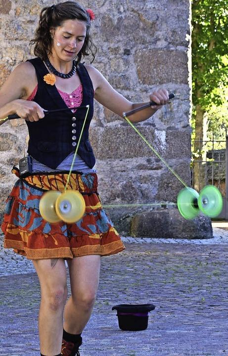 Auch mit dem Diavolo konnte  die Gauklertochter in Schluchsee begeistern.   | Foto: Evamarie Kufess