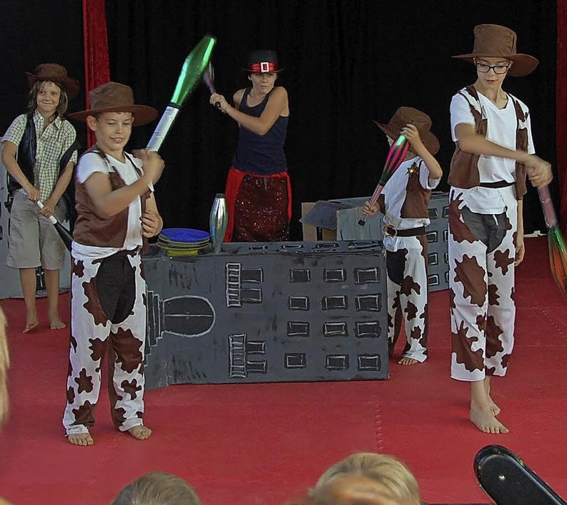 Rasant war der Auftritt der Jongleure.   | Foto: Frey