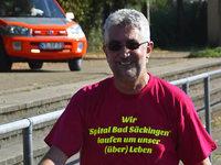 B�rgermeister Thater l�uft im Protestshirt ins Ziel