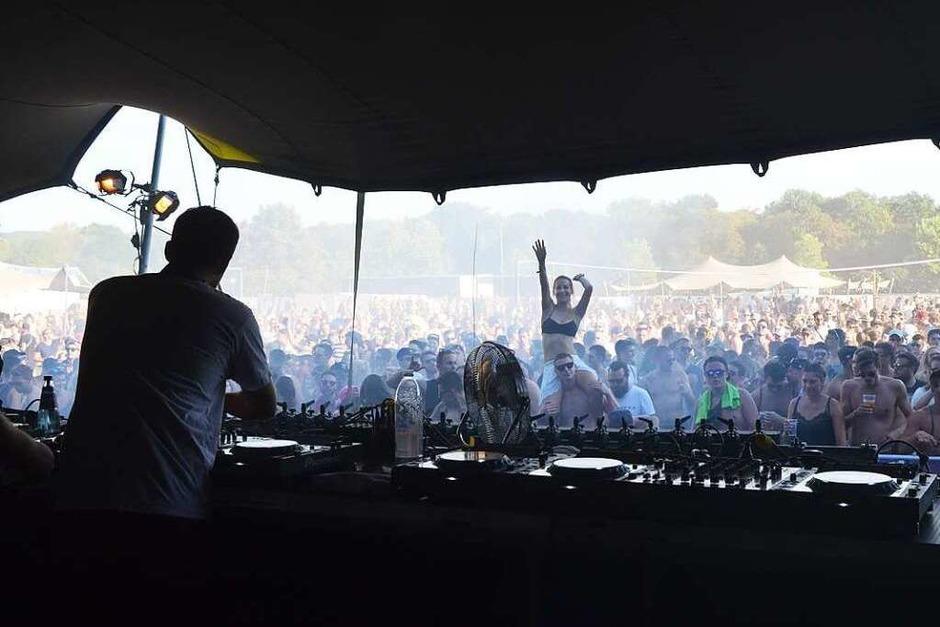 Mit ihren immer wieder neu abgemischten Beats zogen die DJs auf den verschiedenen Bühnen ihre Fans in den Bann. Kühlendes Wasser war am Samstag heiß begehrt. (Foto: SENF)