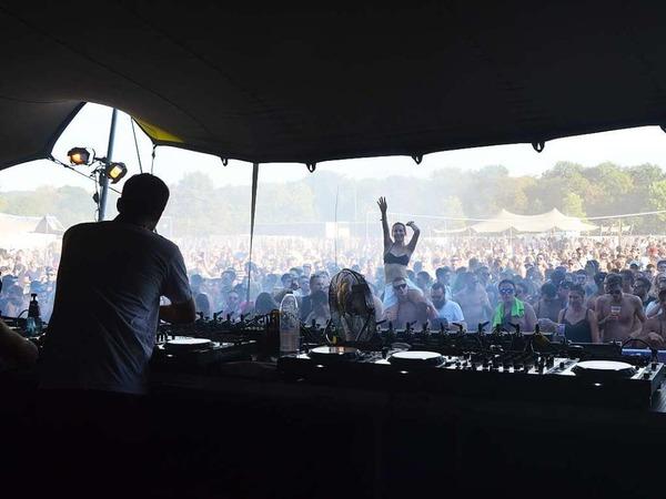 Mit ihren immer wieder neu abgemischten Beats zogen die DJs auf den verschiedenen Bühnen ihre Fans in den Bann. Kühlendes Wasser war am Samstag heiß begehrt.