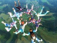Wie eine Sportlerin ohne Unterarm Fallschirm springt