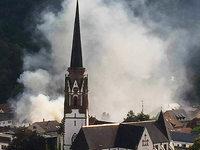 Feuerwehr l�scht Dachstuhlbrand in Sch�nau – Haus einsturzgef�hrdet
