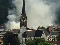 Feuerwehr l�scht Brand � Haus ist einsturzgef�hrdet