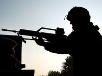 Soldat marschiert mit Gewehr in Basler Uni - zum Studieren