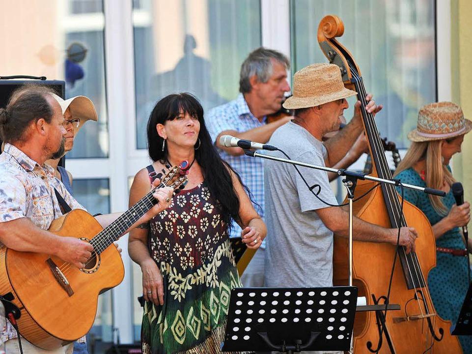 Miss Moneypenny und die Musiker vom Zaun in Ruditown  | Foto: Wolfgang Scheu
