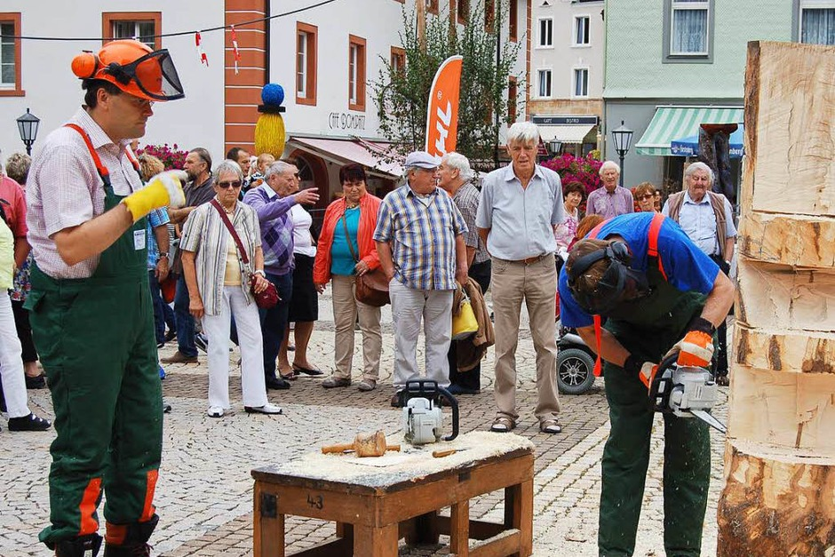 Landrat Martin Kistler (links) und St. Blasiens Bürgermeister Rainer Fritz gestalten am Abschlusstag gemeinsam eine Holzskulptur. (Foto: Claudia Renk)