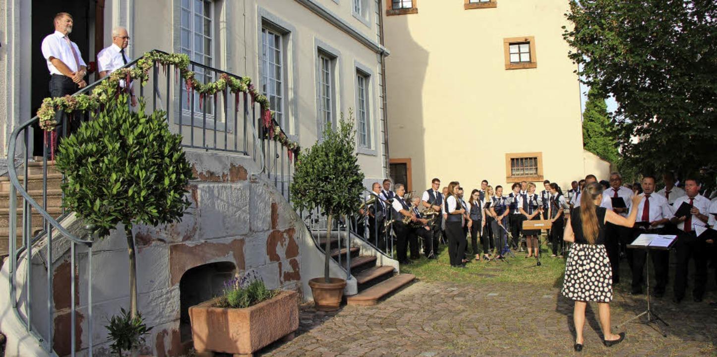 Hecklingens Ortsvorsteher Hubert Herr ...fneten das 6. Hecklinger Schlossfest.   | Foto: Helmut Hassler