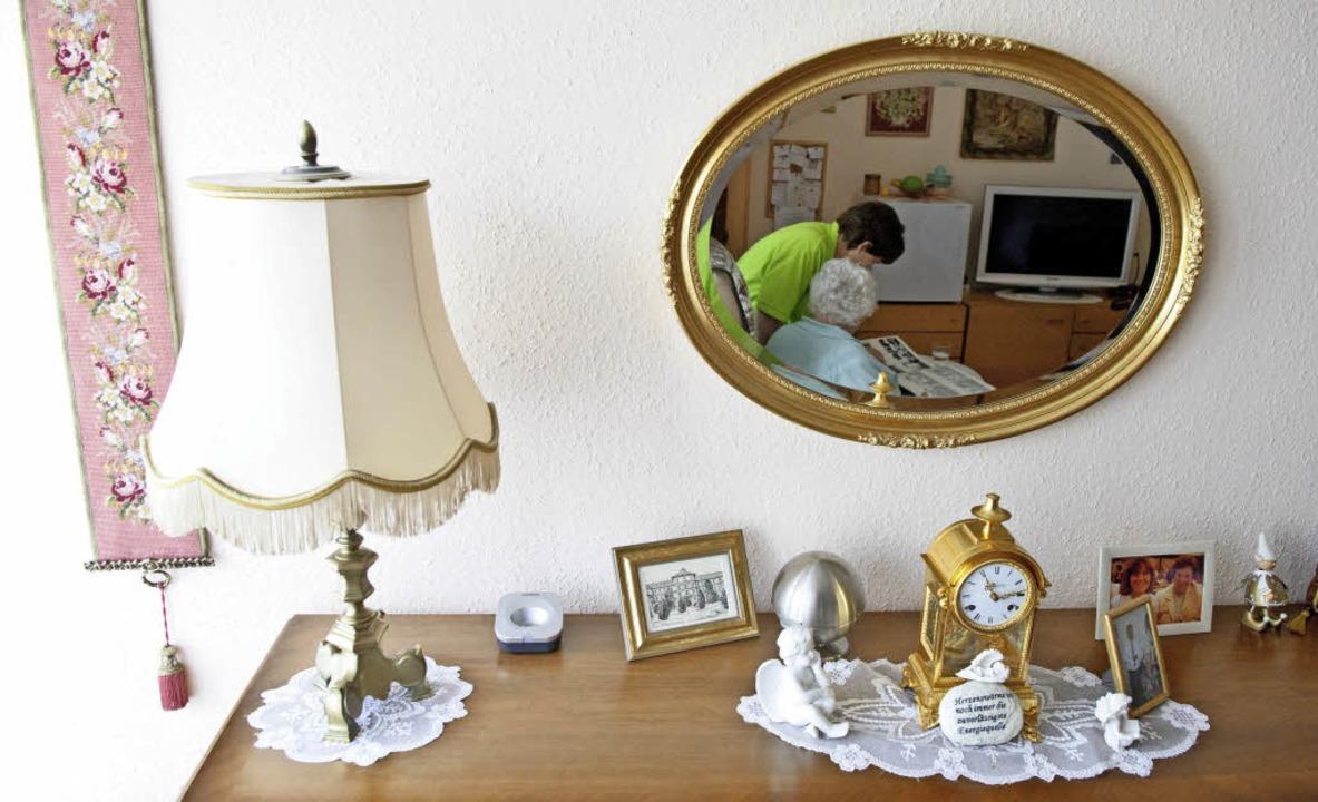 Ähnlich wie auf diesem Beispielbild be...Menschen in ihren eigenen vier Wänden.  | Foto: DPA/Vogt