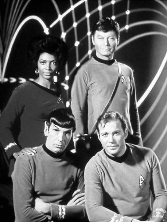 """Captain Kirk, Offizier Spock, erster Offizier Uhura und Schiffsarzt Pille brachen auf, """"um neue Welten, neues Leben und neue Zivilisationen"""" zu erforschen. So hieß es in der Frühzeit jedes Mal im Vorspann."""
