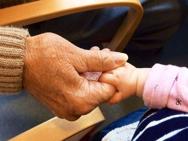 Sandra Jakobi: Das Bild zeigt die Hände meiner Tochter Lina und ihres Urgroßvaters Kurt bei einem Besuch im letzten Jahr.