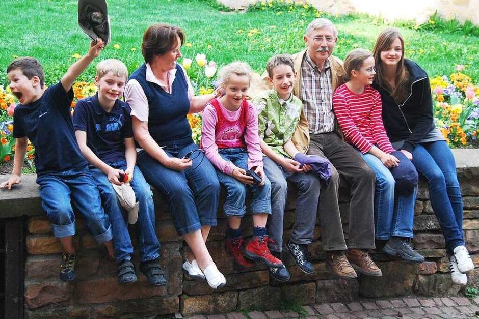 Susanne Mayer: Meine Eltern mit ihren sechs Enkelkindern in Eguisheim. Einer macht immer Quatsch – hier ist es der Jüngste. (Foto: Susanne Mayer)