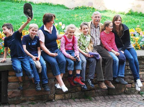 Susanne Mayer: Meine Eltern mit ihren sechs Enkelkindern in Eguisheim. Einer macht immer Quatsch - hier ist es der Jüngste.