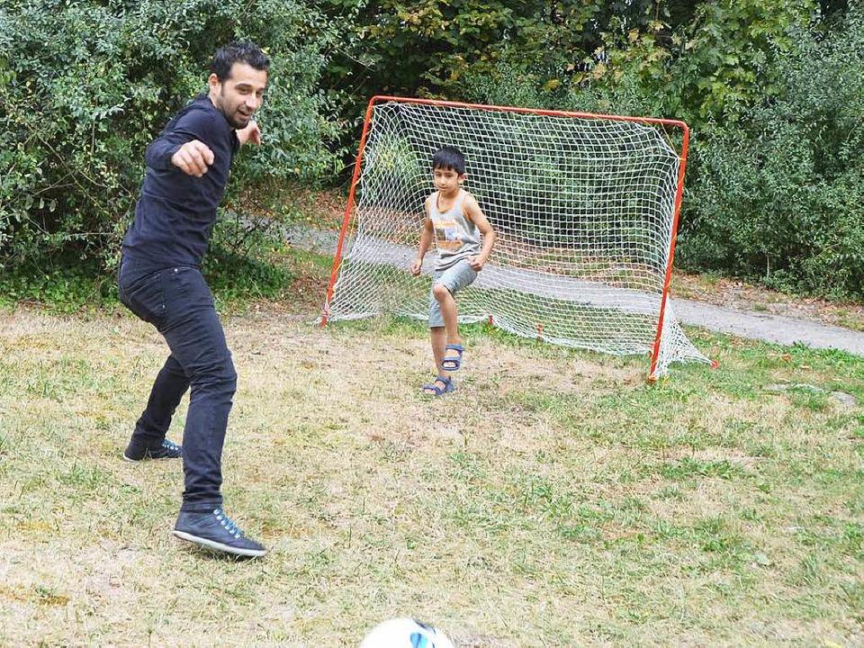 Der Syrer Mirad Adrah kümmert sich in Breisach um Flüchtlingskinder.    Foto: Agnes Pohrt