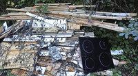Hausm�ll, Holz und Herd illegal im Wald entsorgt