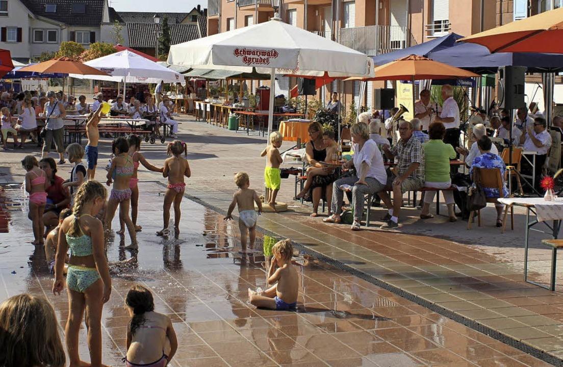 Die Attraktion für Kinder auf dem Rathausplatz sind die Wasserfontänen.   | Foto: Adelbert Mutz