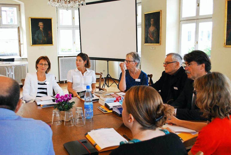 Autoren, Vertreter der Stadt und des Tagebucharchivs im Gespräch  | Foto: Sylvia-Karina  Jahn
