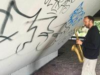 Warum ein Schwede unter einer Freiburger Brücke Saxophon übt
