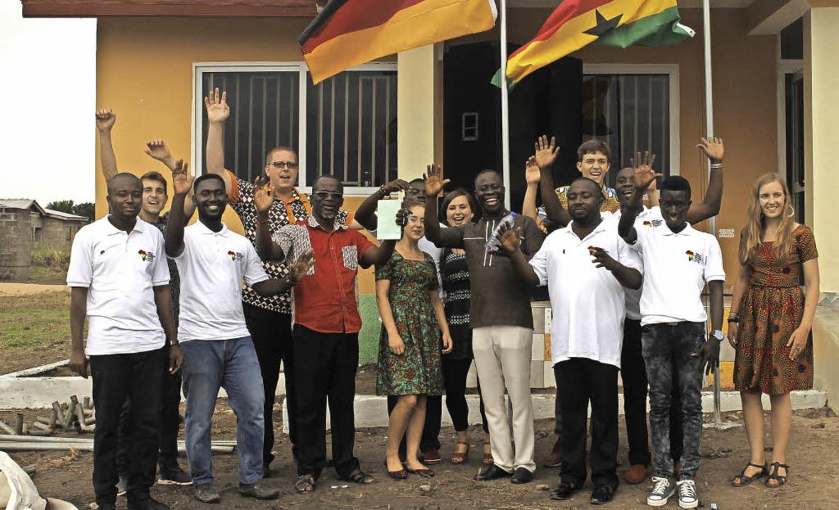 Die aktuelle Aim-Ghana-Crew vorm neuen Ausbildungszentrum in Komenda   | Foto: Jörn Preuss