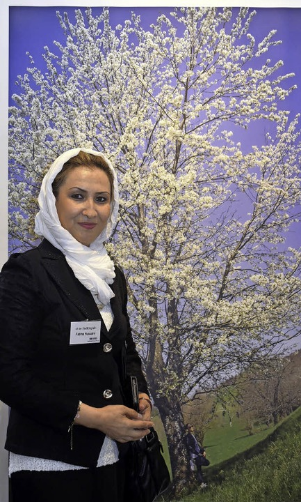 Fatima Hussaini vor einem ihrer Bilder von der Flucht aus Kabul  | Foto: Kunz