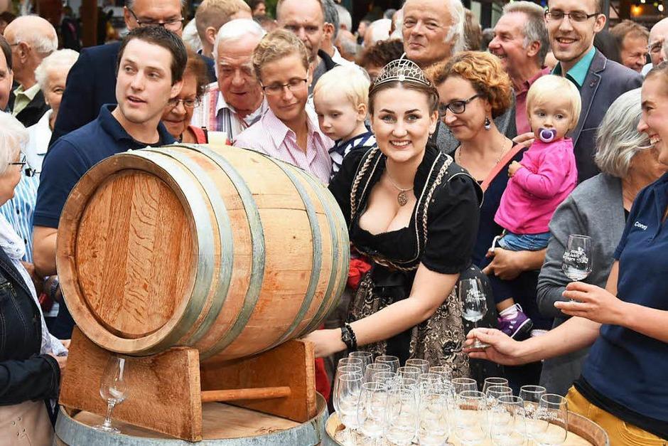 Weinprinzessin Bianka Herbstritt eröffnete am Freitag gemeinsam mit den Winzern den 15. Gundelfinger Weinzauber. Ein Fass mit Gemeinschaftswein wurde gratis an die ersten Besucher ausgeschenkt. (Foto: Andrea Steinhart)
