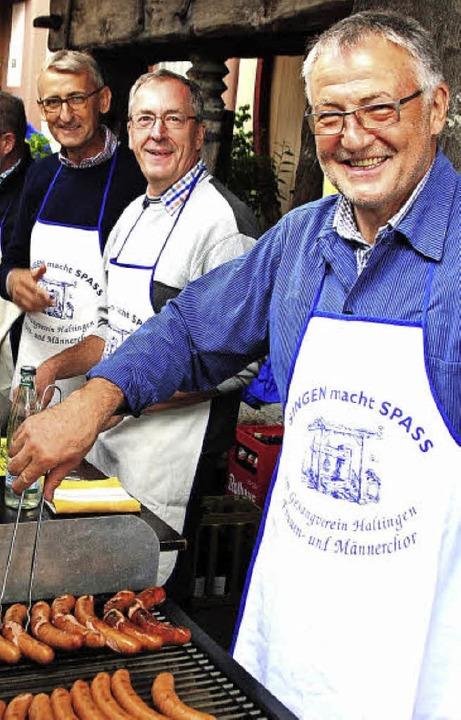 Armin Schuster und Christoph Huber (von links) halfen an der Theke.  | Foto: Norbert Sedlak