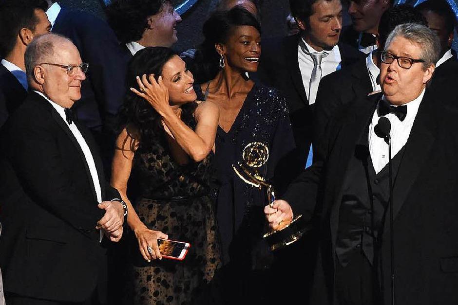 """Die Comedy-Serie """"Veep"""" gewann einen Emmy. Produzent David Mandel hält den Preis in der Hand. (Foto: AFP)"""