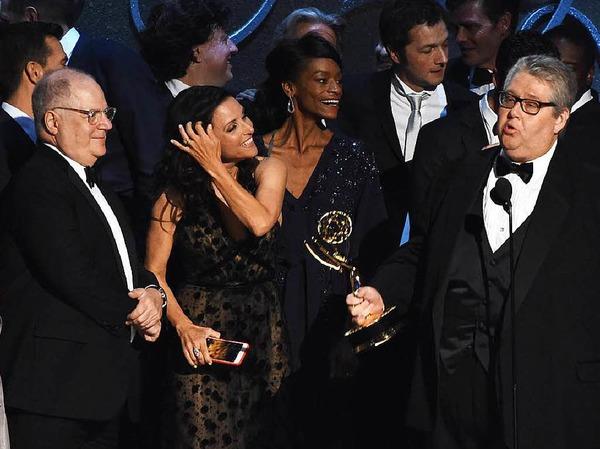 """Die Comedy-Serie """"Veep"""" gewann einen Emmy. Produzent David Mandel hält den Preis in der Hand."""