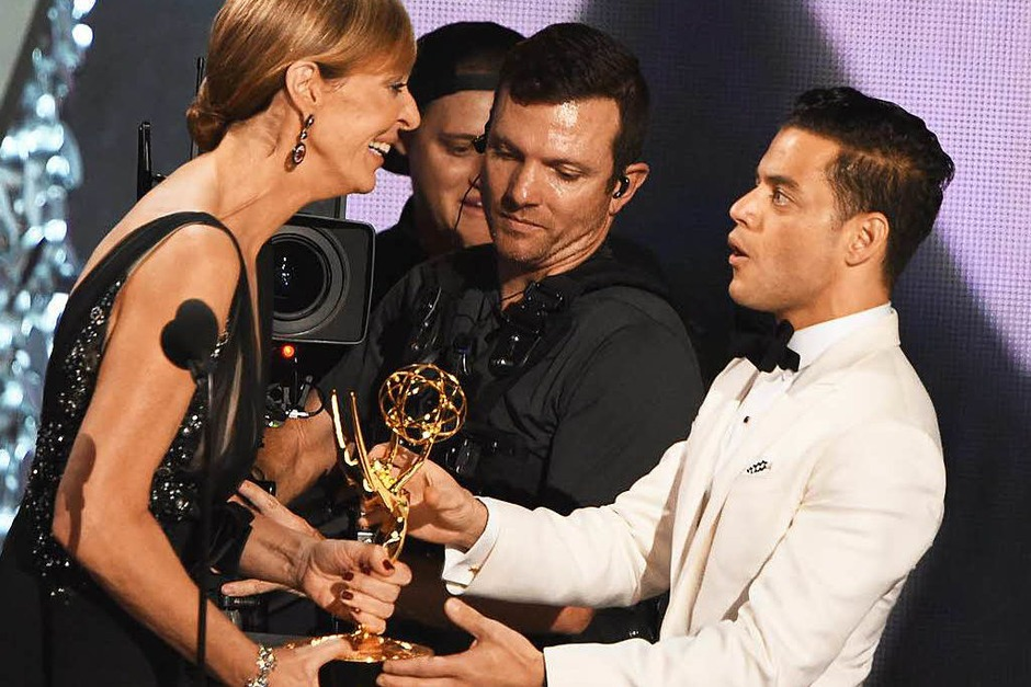 """Rami Malek (rechts) erhielt den Emmy als bester Schauspieler in der Drama-Serie """"Mr. Robot"""". (Foto: AFP)"""
