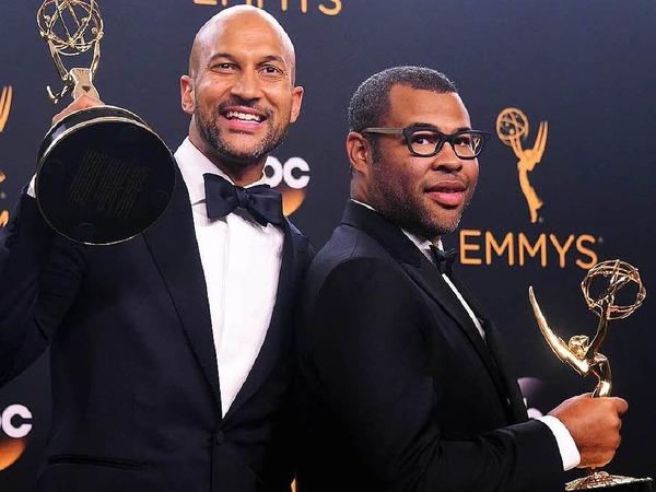 Keegan-Michael Key (links) and Jordan Peele posieren mit dem Emmy für die beste Varietésendung.