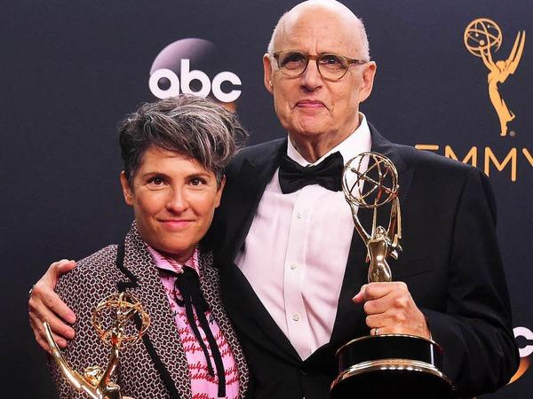 """Regisseur  Jill Soloway (links) und Schauspieler Jeffrey Tambor gewannen jeweils einen Emmy mit der Comedy-Serie """"Transparent""""."""