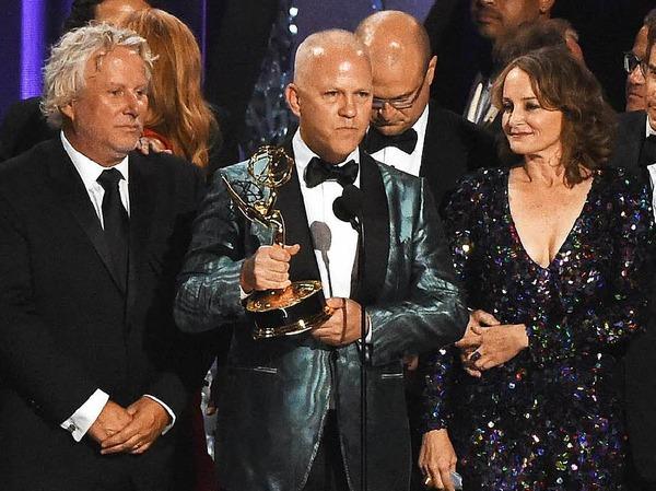 """Ryan Murphy (Mitte) und seine Crew  gewannen den Emmy für die beste Miniserie: """"The People v. O.J. Simpson: American Crime Story"""""""