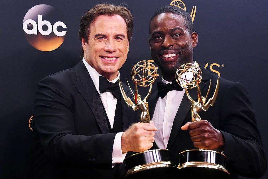 """John Travolta (links) posiert mit Sterling K. Brown. Die beiden wurden für ihre Rollen in """"O. J. Simpson: American Crime Story"""" ausgezeichnet. (Foto: AFP)"""