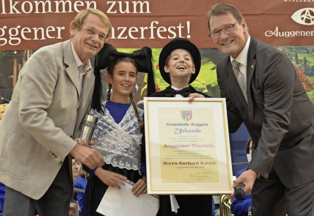 Bürgermeister Fritz Deutschmann (recht...chtenpärchen Amy Golay und Felix Ager.  | Foto: Sigrid Umiger