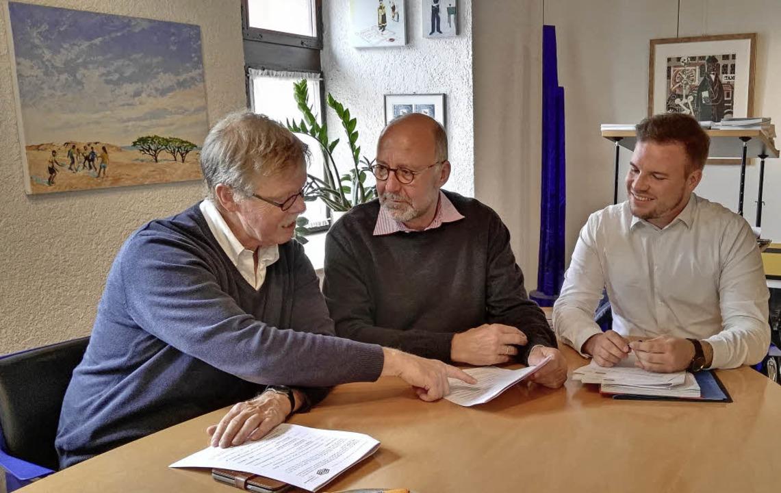 Geschäftsführer Rüdiger Kunst (links) ...nter starker Beteiligung der Bürger.    | Foto: Wendel