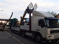 Lastzug rei�t Fu�g�ngerbr�cke in Laufenburg ein
