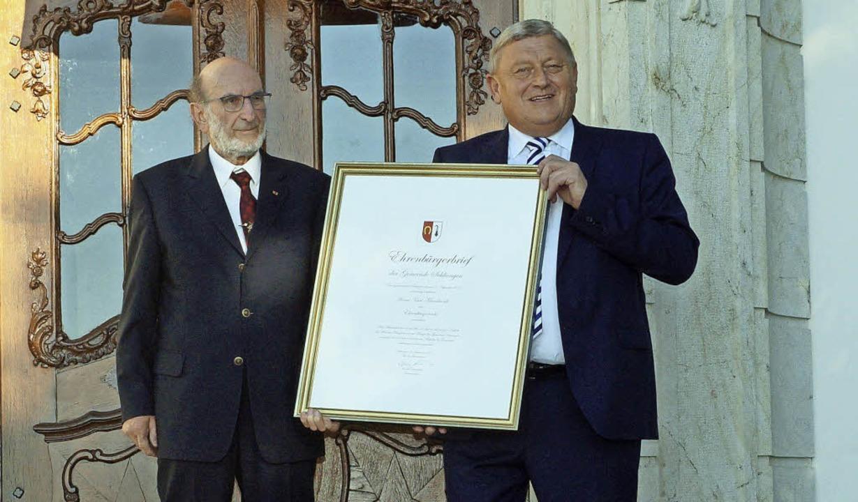 Aus den Händen von Bürgermeister Werne...nbürgerwürde der Gemeinde Schliengen.   | Foto: Silke Hartenstein