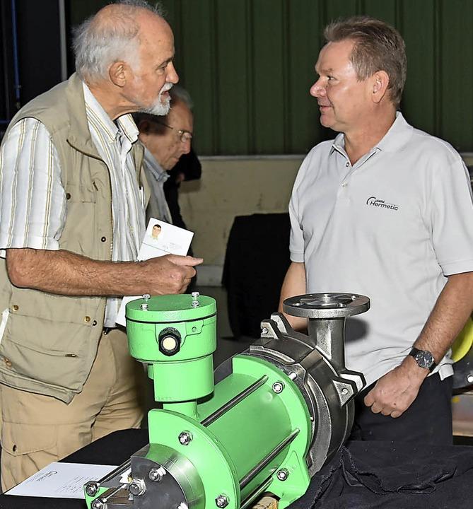 Mitarbeiter erklärten den Gästen die Pumpen-Herstellung.  | Foto: Andrea Steinhart