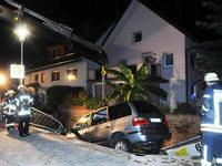 Auto landet nach missgl�cktem �berholen in einem Bach – Passanten befreien Schwerverletzten