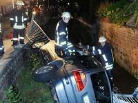 Schwerer Unfall: Auto landet nach �berholman�ver in Bach