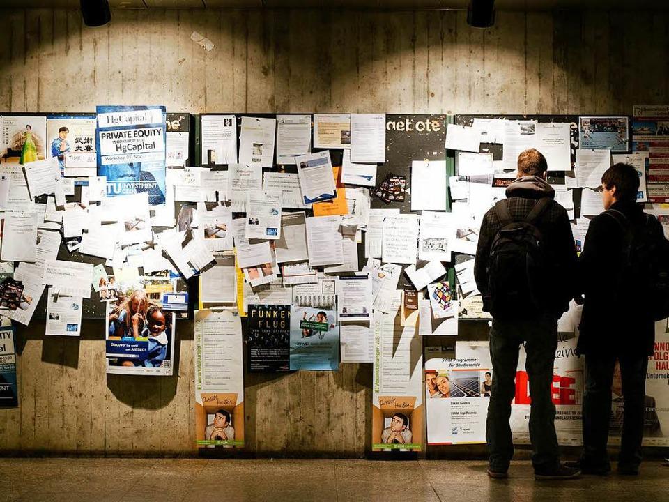 Studenten schauen auf ein Schwarzes Br...suche aufgehangen werden (Symbolbild).    Foto: Peter Kneffel