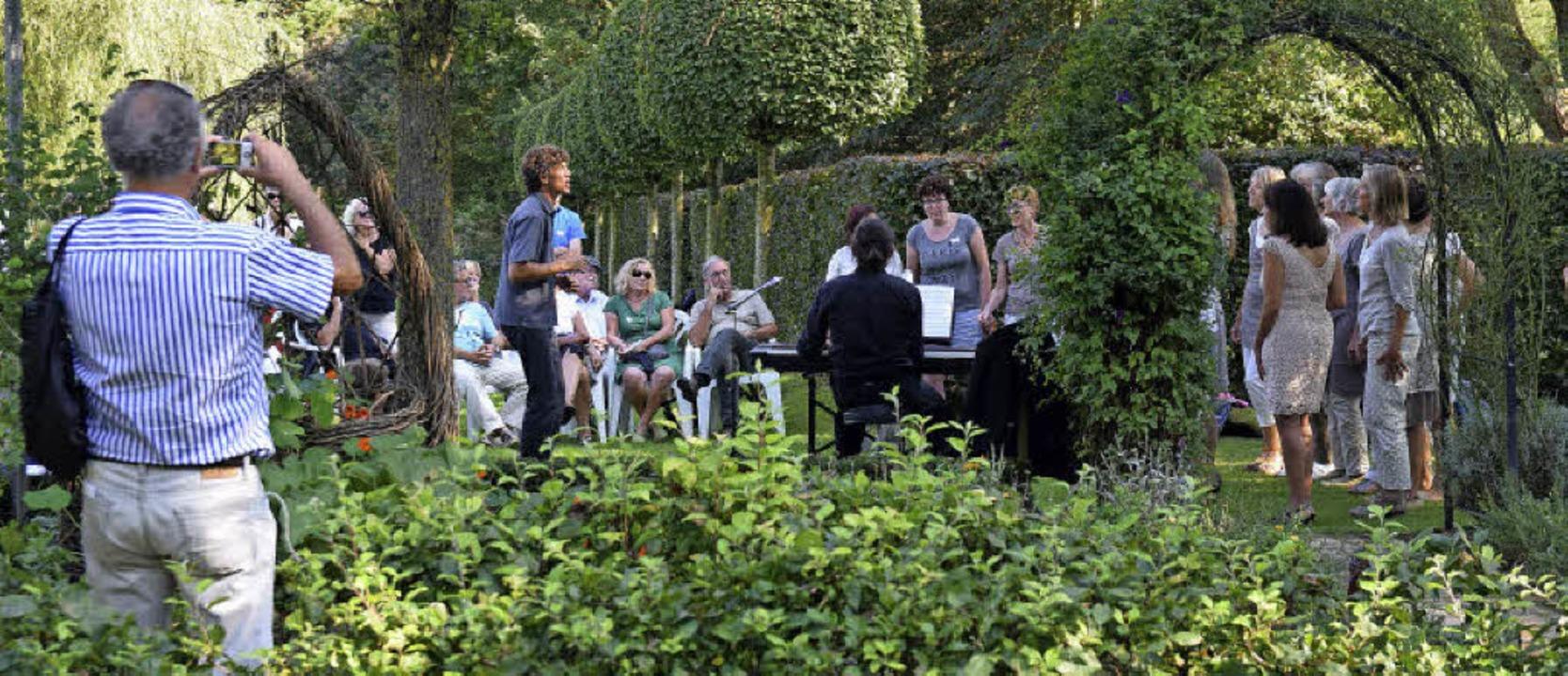 Zwischen lauschigen Lauben von Gospel bis Pop: die Femmes Vocales aus Freiburg  | Foto: Beatrice Ehrlich