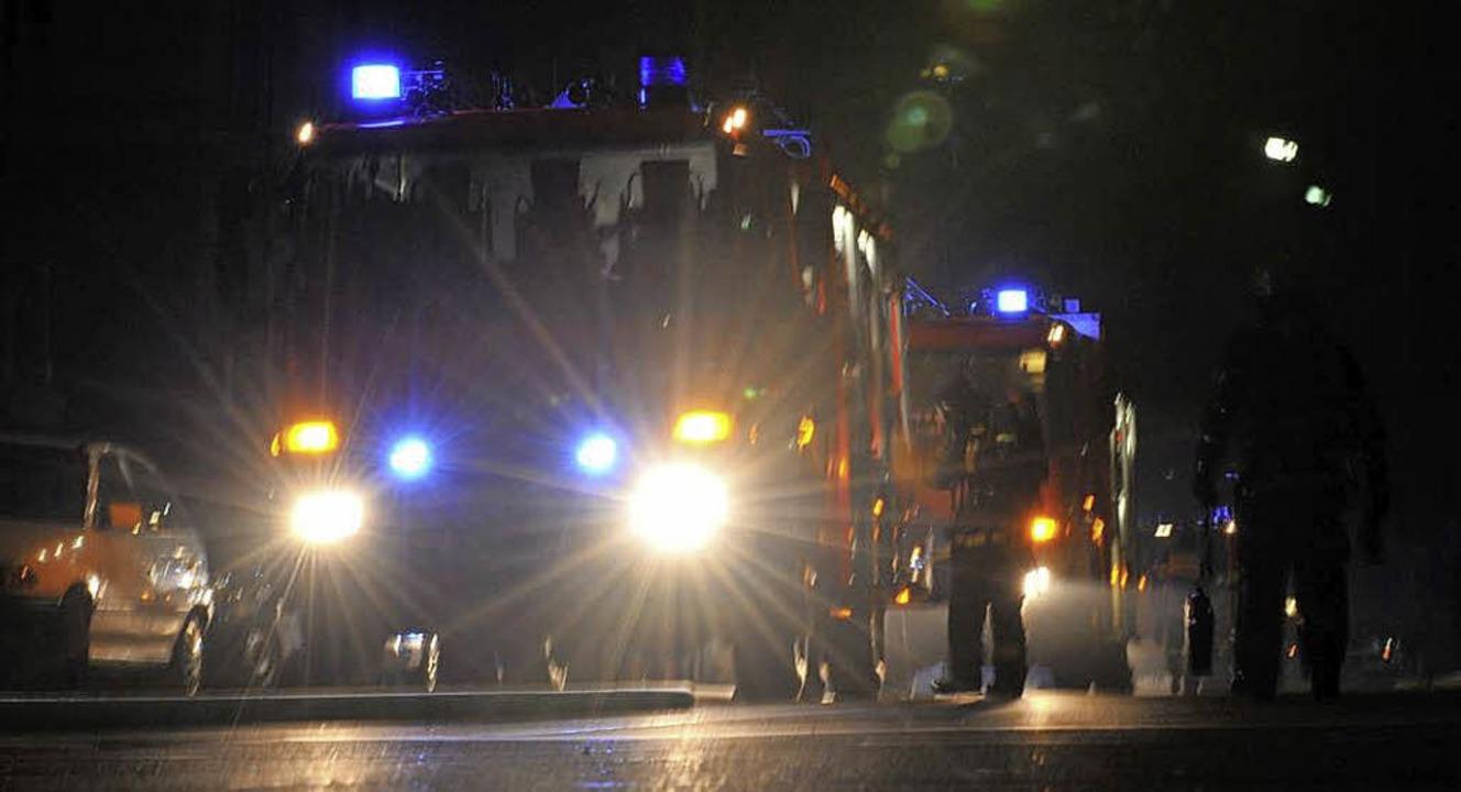 Auch nachts schaltet die Feuerwehr in ...der Sondersignale ist genau geregelt.   | Foto: Patrick Seeger