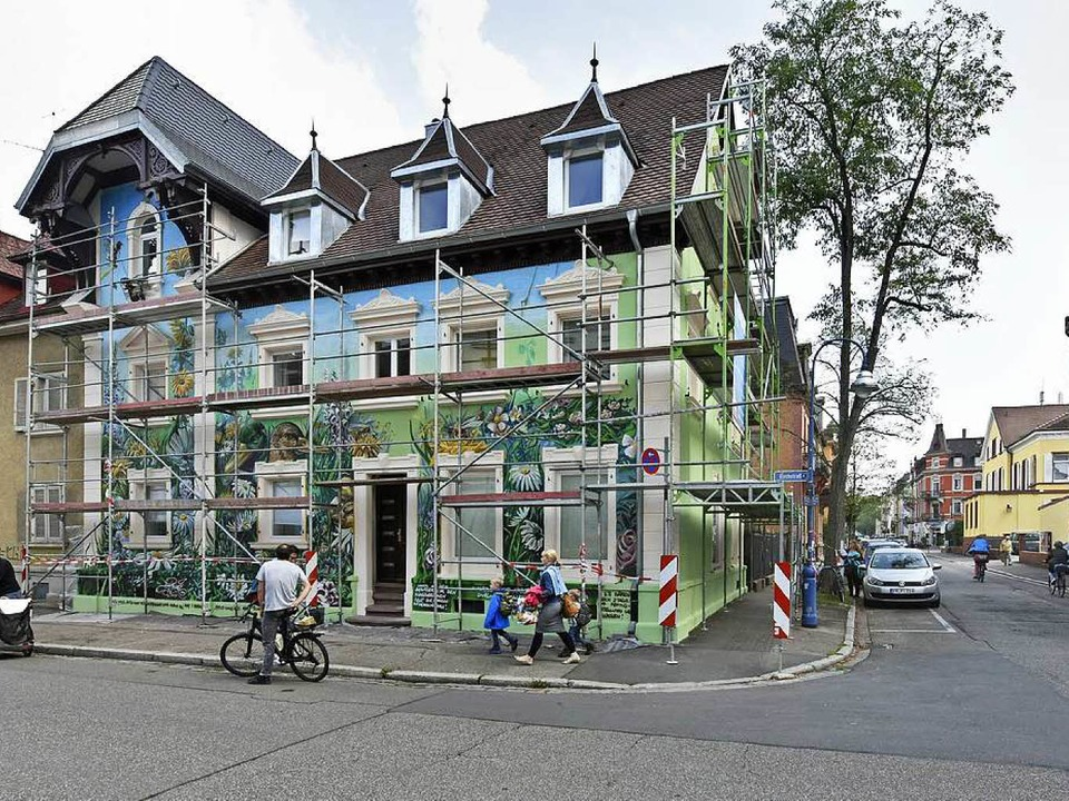 Das Wandbild von Tom Brane am Haus Eck...straße im Freiburger Stadtteil Wiehre.  | Foto: Michael Bamberger