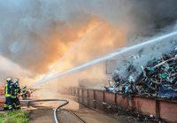 Schrotthaufen im Kehler Hafen ger�t in Brand