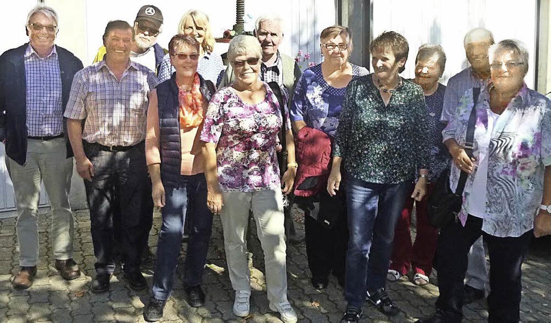 Schüler des Jahrgangs 1946 bis  1949 k...mmen und besuchten die alte Schmiede.   | Foto: privat