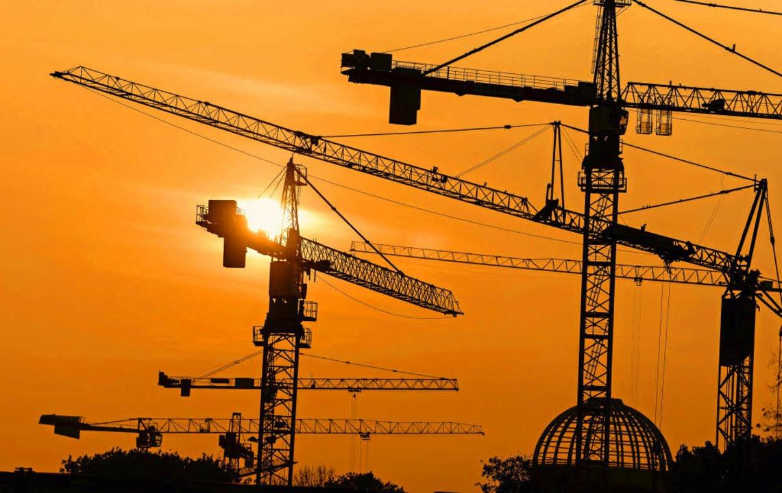 Nicht nur hier in Berlin wird derzeit ...uziert. Ökonomen sagen: Das bleibt so.  | Foto: dpa