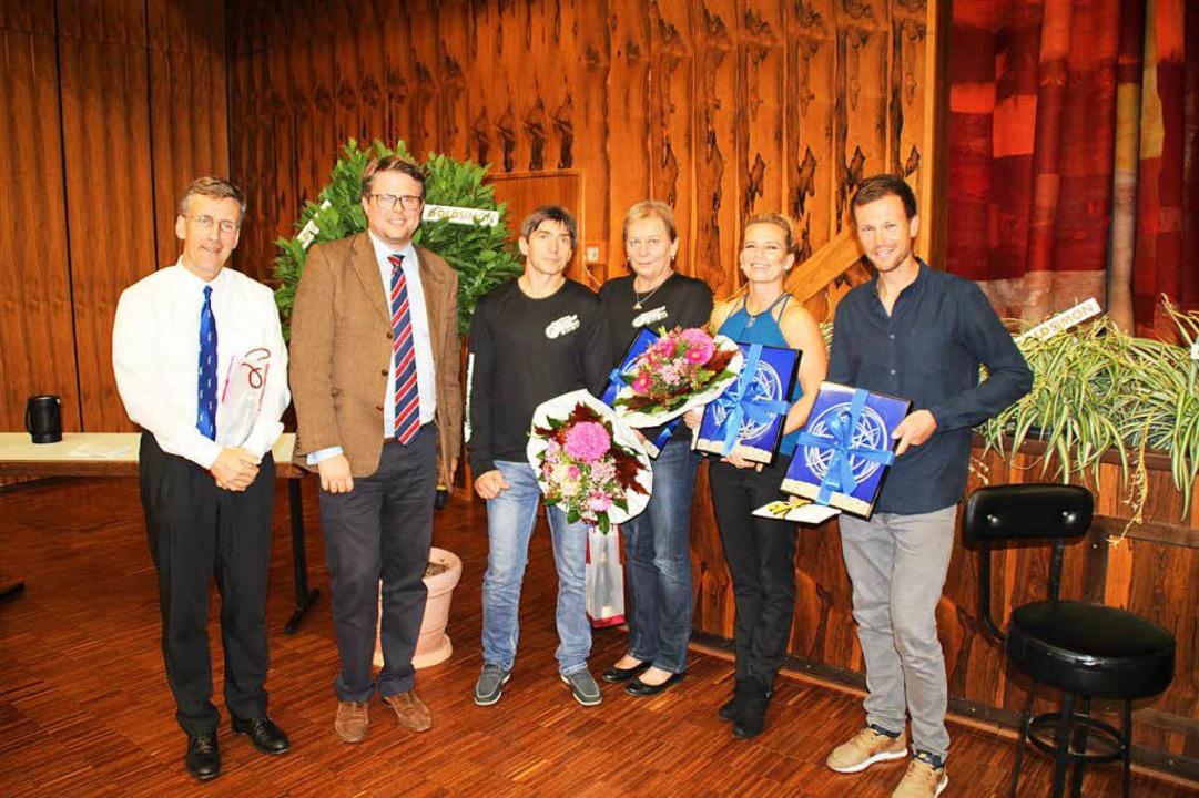 Bürgermeister Tobias Benz (2. von link...Alexandra Kowatzki und Simon Niepmann.  | Foto: Rolf Reißmann