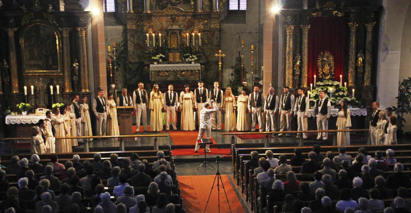 Der Oreya-Chor aus der Ukraine (hier e... der St. Nikolauskirche in Elzach auf.  | Foto: Joel Perin