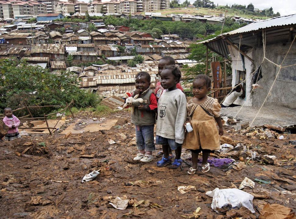 Kinder stehen auf einem Müllberg im Sl...ra in Nairobi, der Hauptstadt Kenias.   | Foto: dpa